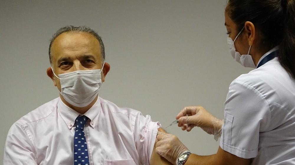 Tıp Fakültesi Dekanı gönüllü olarak kendine korona virüs aşısı yaptırdı
