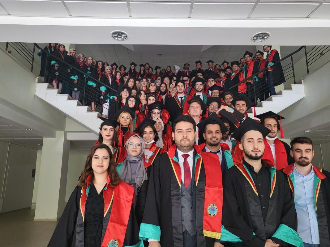 Genç Hukukçuların mezuniyet sevinci