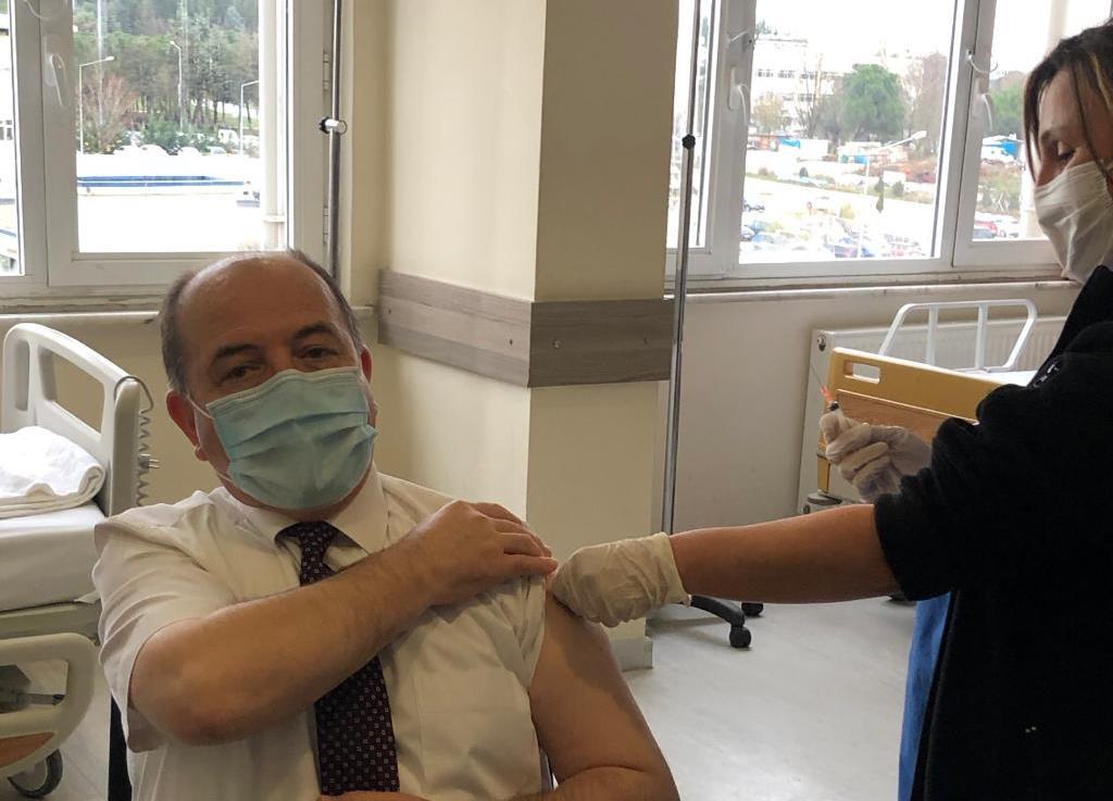 BUÜ Hastanesi'ndeki sağlık çalışanları aşılanıyor