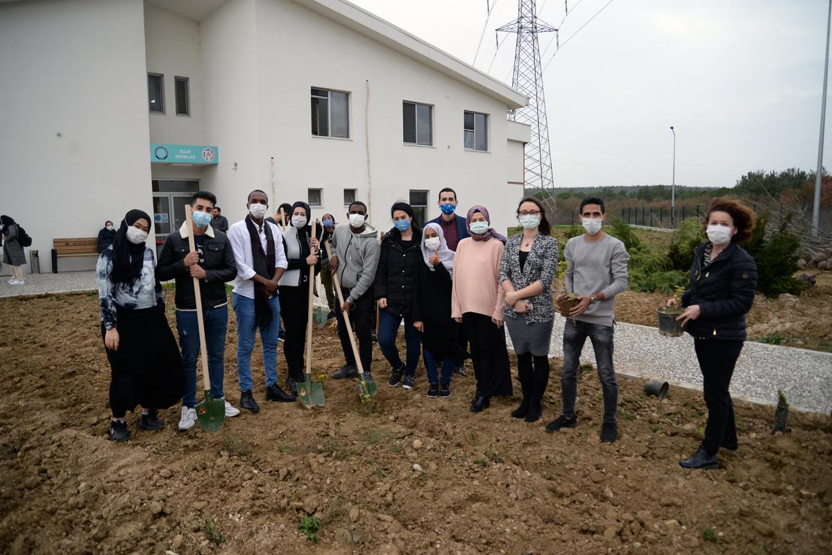 Öğrencilerin 'misafirliği' fidanlarla ölümsüzleştirildi